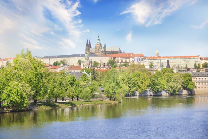 Vista bonita de St Vitus Cathedral e Mala Strana nos bancos do Vltava em Praga, República Checa imagens de stock