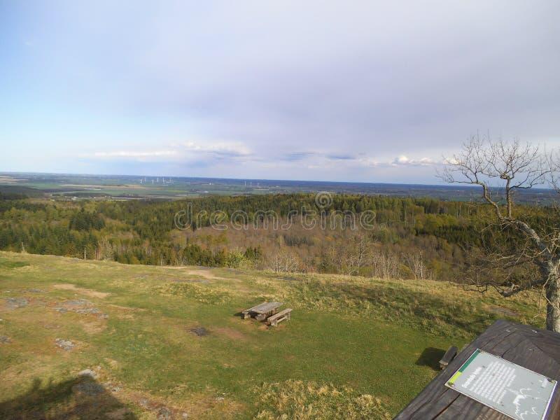 Vista bonita de um monte do stoney sobre um parque natural em sweden imagem de stock