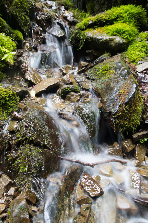 Vista bonita de uma cachoeira nas montanhas foto de stock royalty free