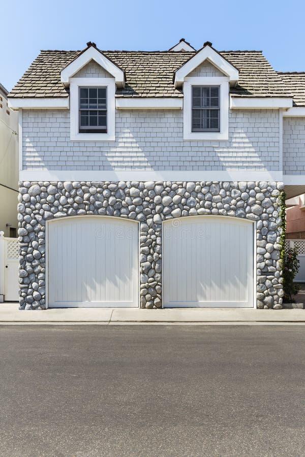 Vista bonita de uma garagem de dois carros imagens de stock royalty free