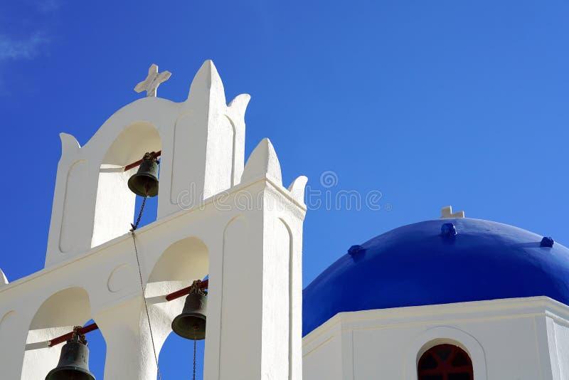 Vista bonita de uma igreja em Santorini, Cyclades fotos de stock