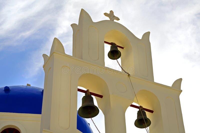Vista bonita de uma igreja em Santorini, Cyclades imagem de stock