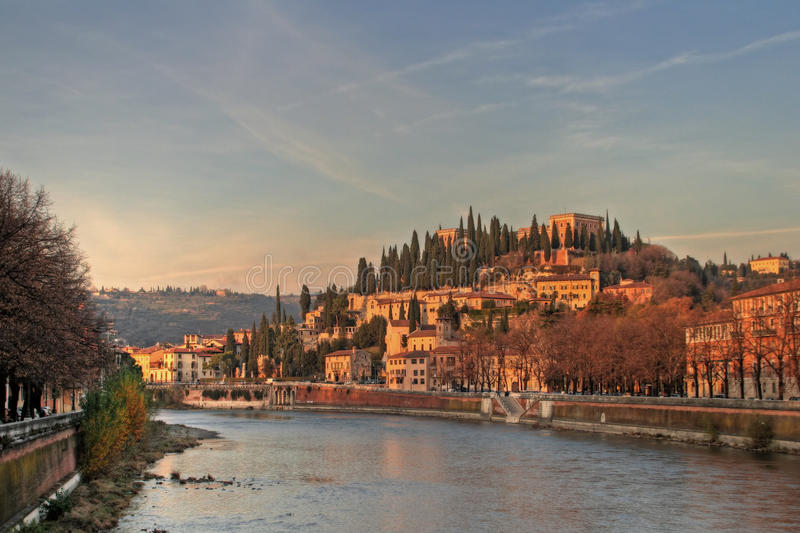 Vista bonita de Verona na noite atrasada. imagens de stock royalty free