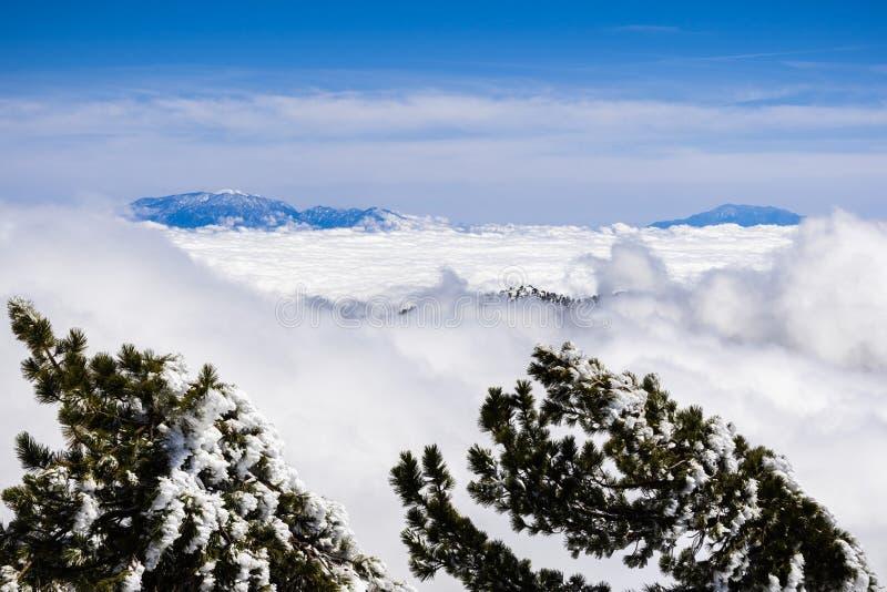 Vista bonita do alto das nuvens para a cimeira de Mt San Gorgonio e de Mt San Jacinto, visível no fundo; imagens de stock royalty free