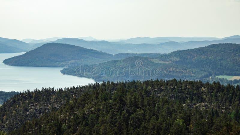 Vista bonita do arquipélago, das montanhas, da floresta e do mar Skule fotos de stock royalty free