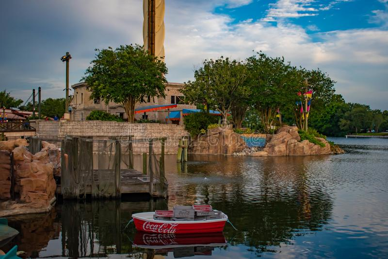 Vista bonita do barco da coca-cola e da construção de Sky Tower em Seaworld 5 imagens de stock