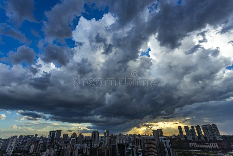 Vista bonita do céu tormentoso escuro dramático A chuva está vindo logo Teste padrão das nuvens sobre a cidade imagens de stock royalty free
