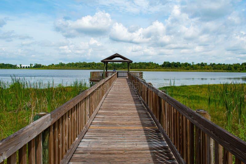 Vista bonita do cais e do lago azul 2 fotografia de stock royalty free