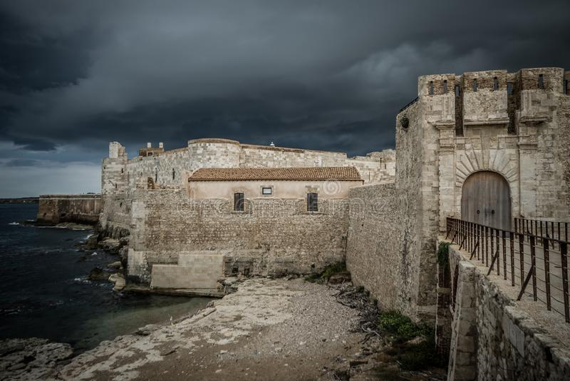 Vista bonita do castelo de Maniace em Ortigia Siracusa, na frente do mar e do c?u fotografia de stock