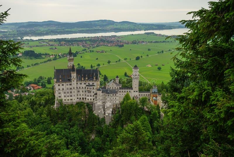 Vista bonita do castelo mundialmente famoso de Neuschwanstein, o 19o c fotos de stock royalty free