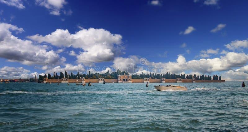 Vista bonita do cemitério velho na ilha em Veneza, Itália Há um mar claro bonito e umas nuvens bonitas imagens de stock