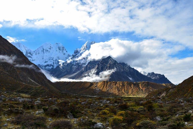 Vista bonita do cume Himalaia no nascer do sol de Khambachen Kangchenjunga, Nepal fotografia de stock