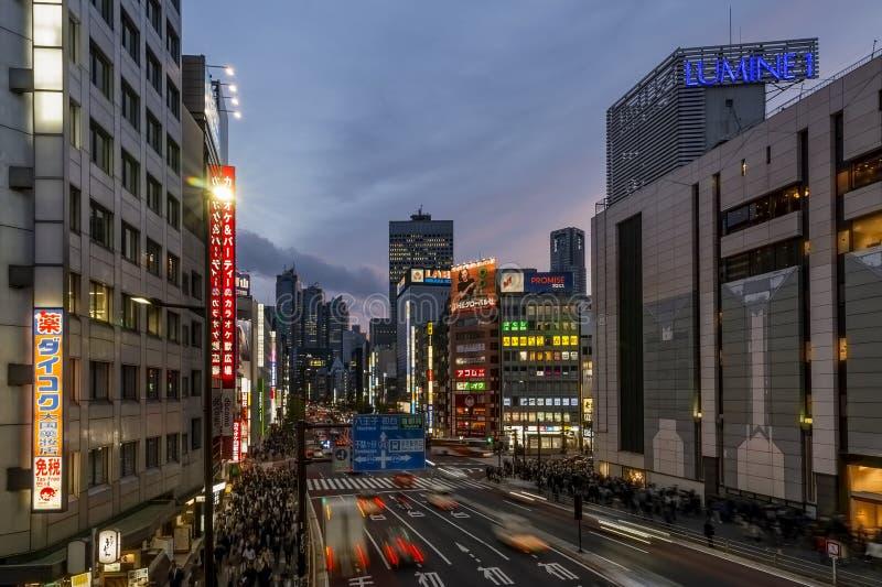 Vista bonita do distrito na luz azul da hora, Tóquio de Shinjuku, Japão fotografia de stock