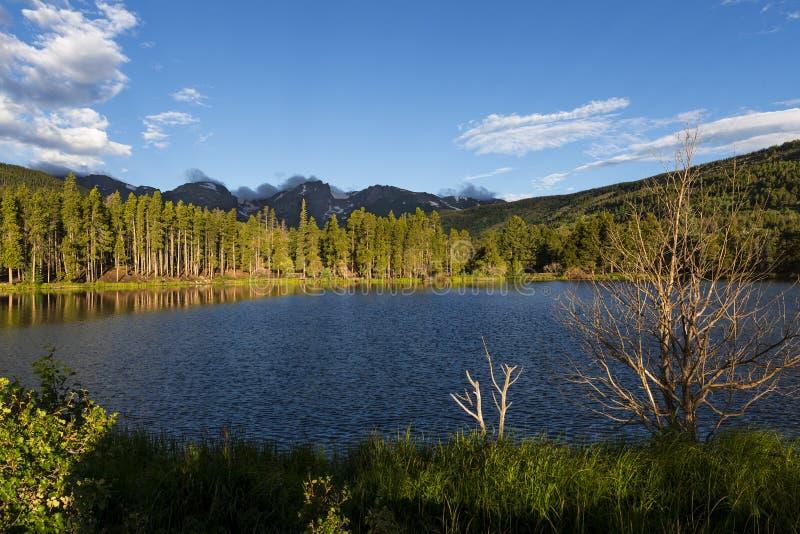 Vista bonita do lago bear em Rocky Mountains National Park, no estado de Colorado imagens de stock