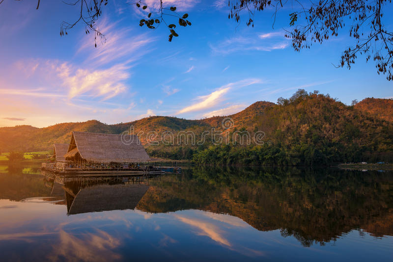 Vista bonita do lago (resevoir de Khao wong) na manhã imagens de stock