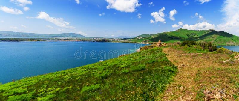 Vista bonita do lago Sevan com ?gua de turquesa e os montes verdes, Sevan, Arm?nia imagens de stock royalty free