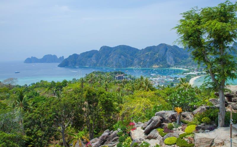 Vista bonita do mar, as plantas tropicais e as rochas e as montanhas Console tropical imagem de stock royalty free