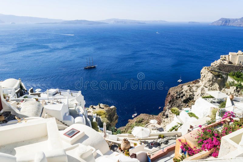 Vista bonita do mar e das ilhas no por do sol Cidade de Oia, ilha de Santorini, Grécia fotos de stock
