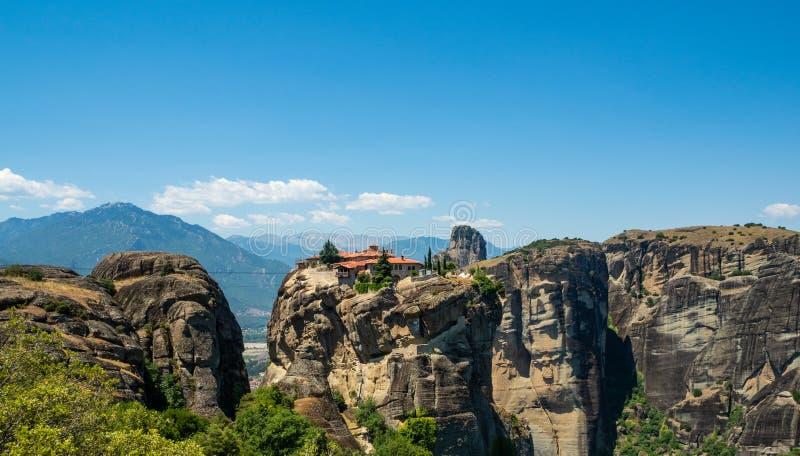 Vista bonita do monast?rio da trindade santamente e de suas montanhas circunvizinhas na regi?o de Meteora, Gr?cia foto de stock