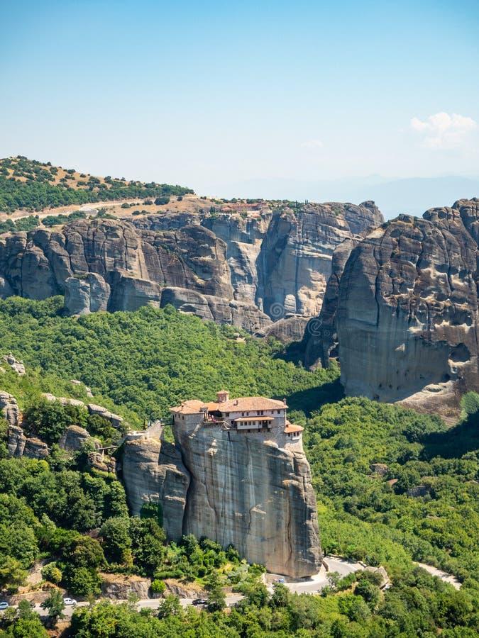 Vista bonita do monast?rio Megala Meteora e de suas montanhas circunvizinhas na regi?o de Meteora, Gr?cia foto de stock royalty free
