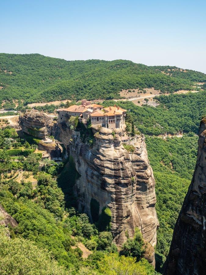 Vista bonita do monast?rio Megala Meteora e de suas montanhas circunvizinhas na regi?o de Meteora, Gr?cia fotos de stock royalty free
