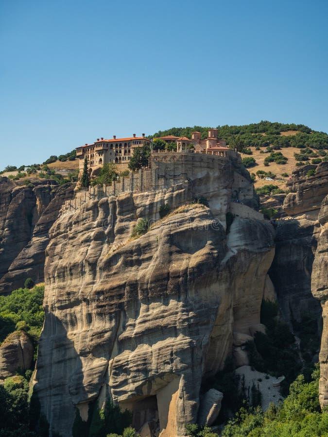 Vista bonita do monast?rio Megala Meteora e de suas montanhas circunvizinhas na regi?o de Meteora, Gr?cia fotos de stock