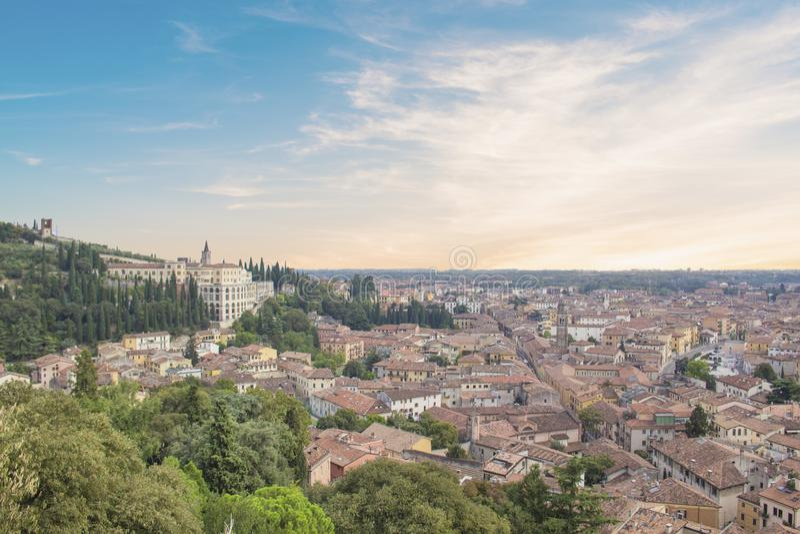 Vista bonita do monte de San Pietro e do panorama da cidade de Verona, Itália fotos de stock