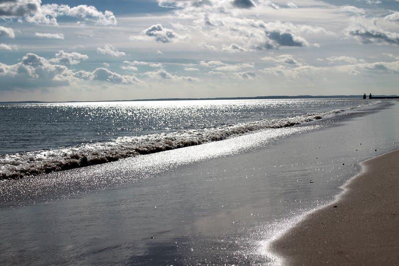 Vista bonita do oceano sparkly de prata imagens de stock royalty free