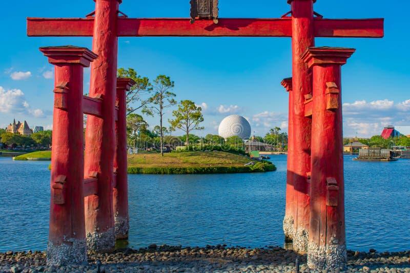 Vista bonita do pavilh?o de Jap?o, do lago azul e da esfera em Epcot em Walt Disney World 2 fotografia de stock