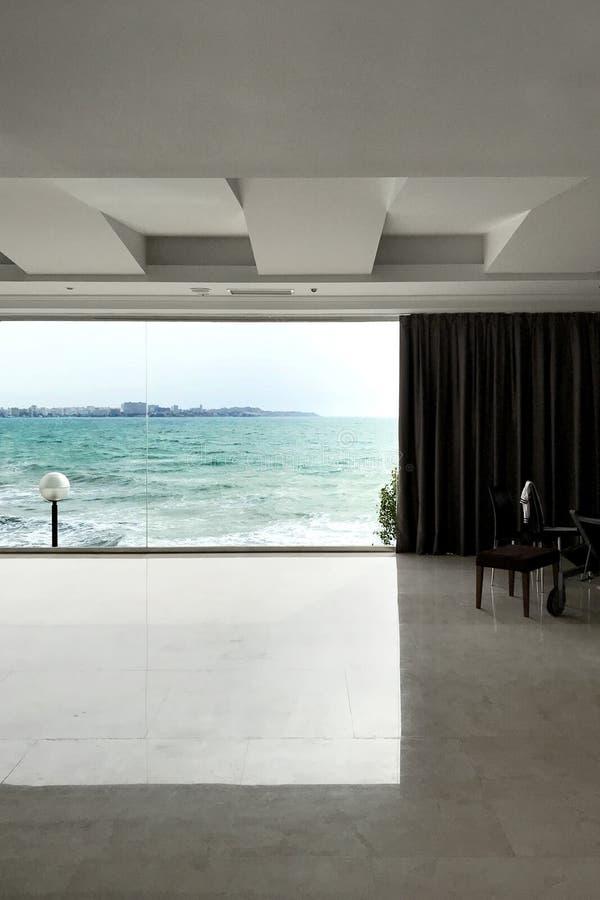Vista bonita do tiro do mar de uma sala de hotel fotografia de stock royalty free