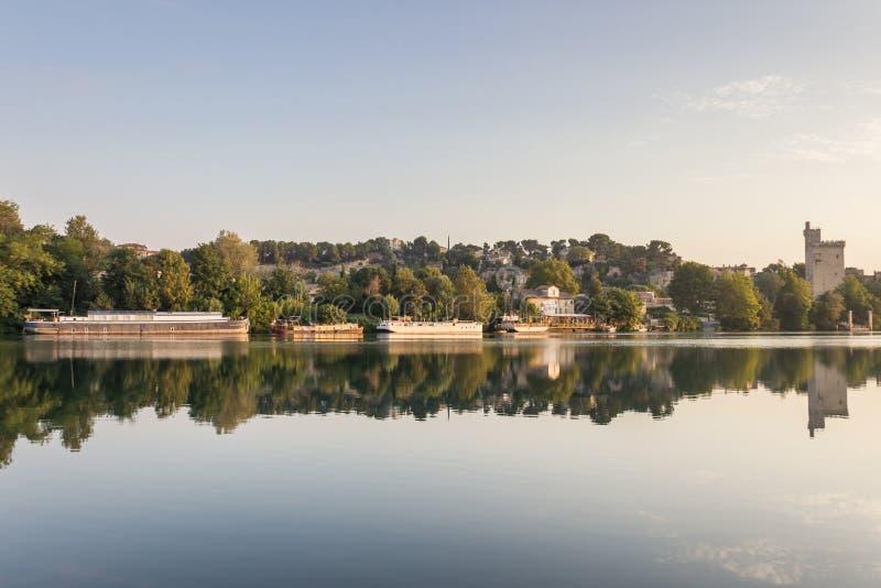 Vista bonita dos barcos no rio Rhone na cidade de Avignon/a imagens de stock