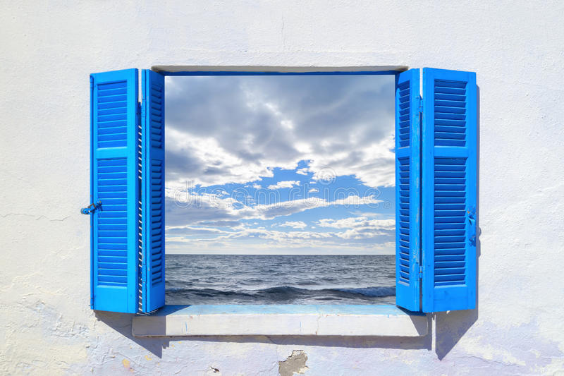 Vista bonita durante todo a janela azul imagens de stock