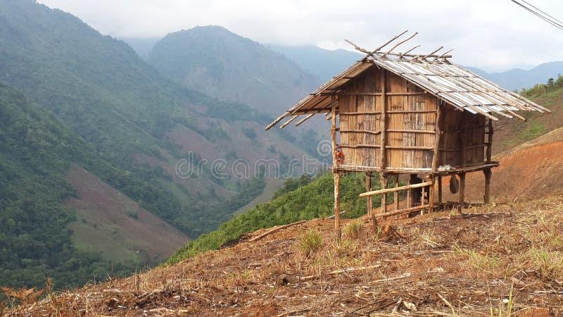 Vista bonita e cabana pequena na montanha fotos de stock