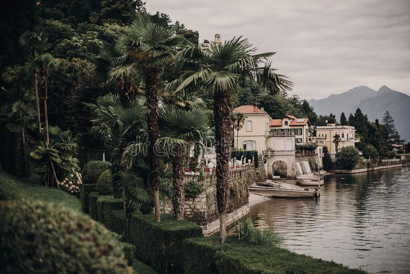Vista bonita em construções velhas no lago na cidade de Stresa, Itália Arquitetura e costa em Lago Maggiore no dia ensolarado no  fotos de stock