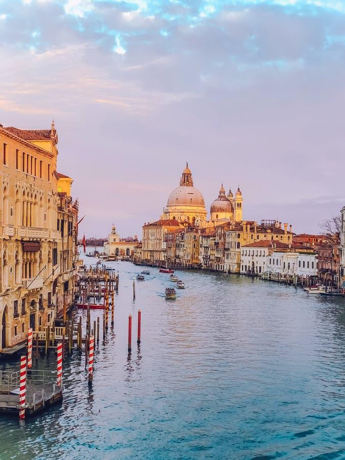 Vista bonita em di Santa Maria della Salute da basílica na luz de nivelamento dourada no por do sol em Veneza, Itália fotos de stock royalty free