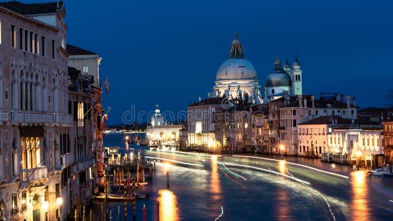 Vista bonita em di Santa Maria della Salute da bas?lica na luz de nivelamento dourada no por do sol em Veneza, It?lia foto de stock royalty free