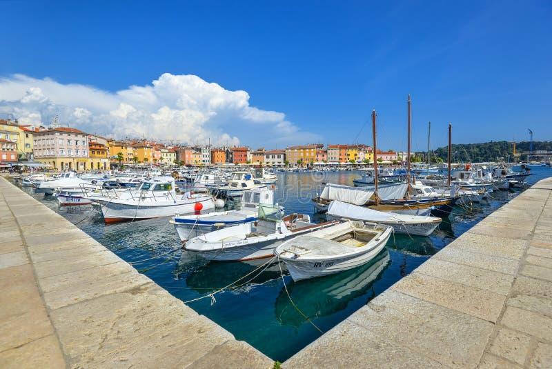 Vista bonita em iate, em barcos de pesca, em mar de adriático e em terraplenagem de Rovinj, Croácia fotografia de stock royalty free