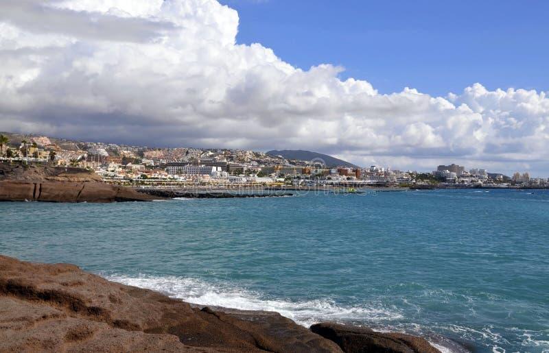 Vista bonita em Oceano Atlântico e em litoral de Costa Adeje, Tenerife, Ilhas Canárias, Espanha imagens de stock royalty free