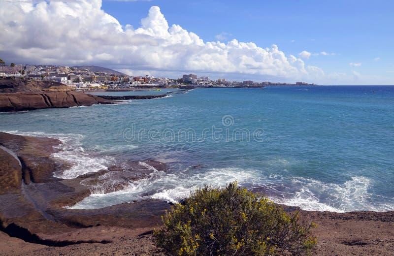Vista bonita em Oceano Atlântico e em litoral de Costa Adeje, Tenerife, Ilhas Canárias, Espanha fotos de stock royalty free