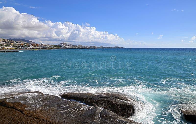 Vista bonita em Oceano Atlântico e em litoral de Costa Adeje, Tenerife, Ilhas Canárias, Espanha foto de stock
