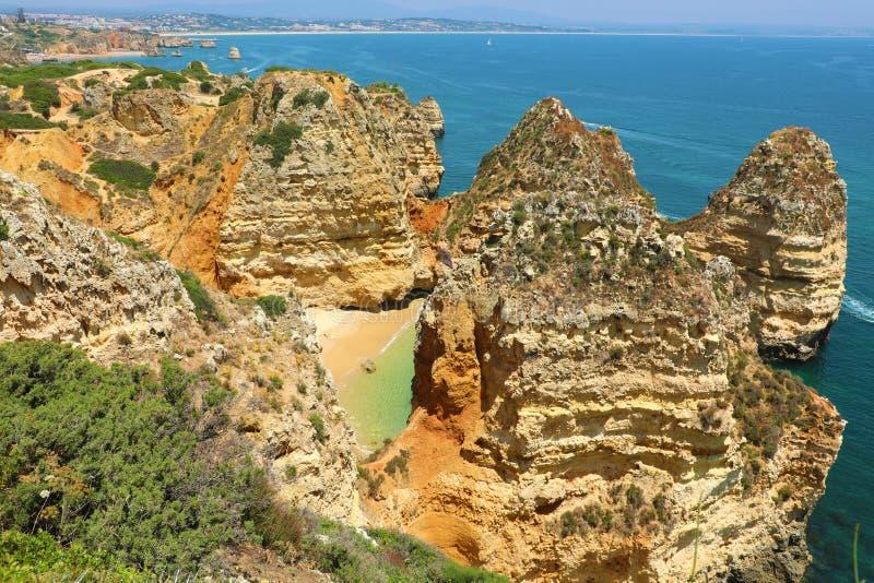 Vista bonita em penhascos de Ponta a Dinamarca Piedade, região de Lagos, o Algarve, Portugal foto de stock royalty free