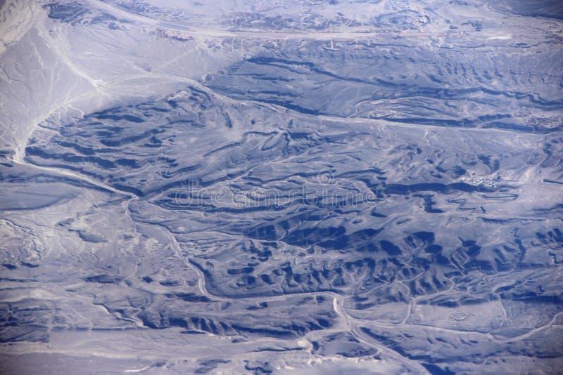 Vista bonita em terras arenosas selvagens sem-vida do deserto Tiro do zangão foto de stock