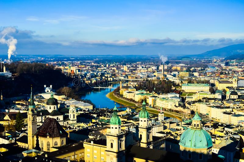 Vista bonita lindo romântica da cidade europeia medieval velha da parte superior da montanha imagens de stock