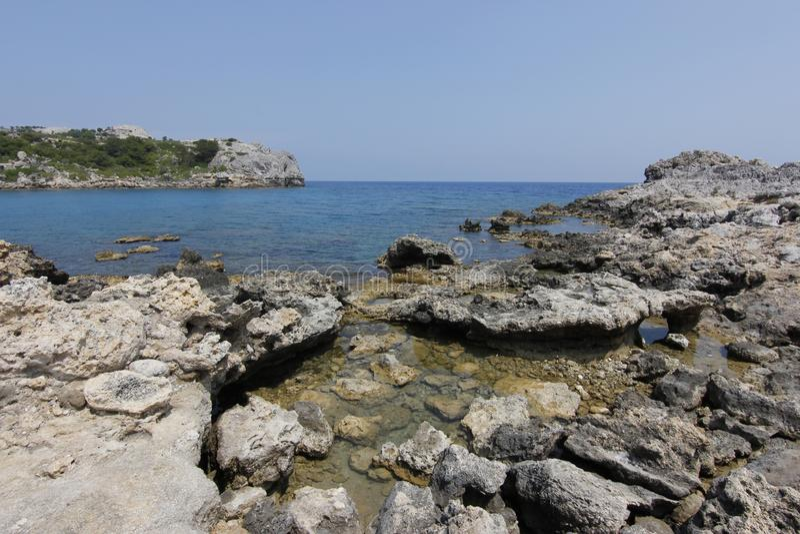 Vista bonita na baía de Anthony Quinn em Grécia imagem de stock royalty free