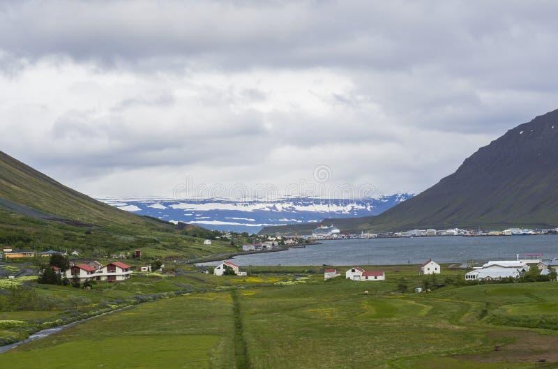 Vista bonita na cidade de Isafjordur, capital dos fiordes ocidentais de Islândia no verão imagem de stock