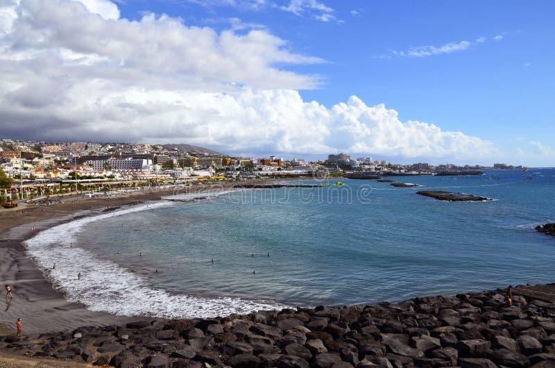 Vista bonita na praia de Fanabe e no litoral de Costa Adeje em Tenerife, Ilhas Canárias, Espanha imagens de stock royalty free