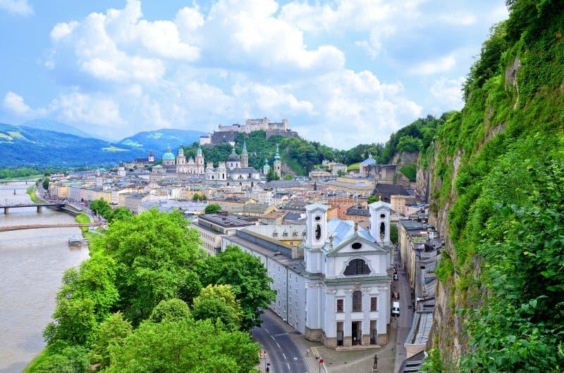 Vista bonita na skyline de Salzburg com o rio de Festung Hohensalzburg e de Salzach na mola, Salzburg imagem de stock