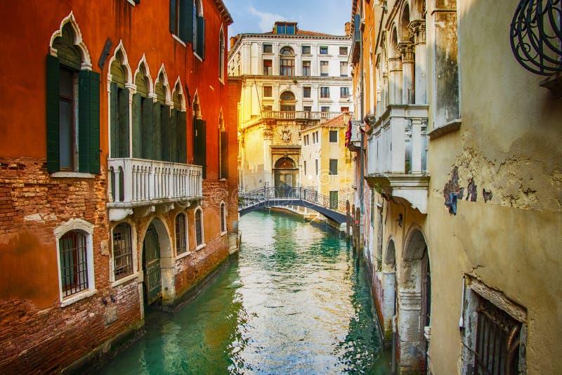 Vista bonita no canal com os barcos em Veneza no por do sol, Itália imagens de stock royalty free