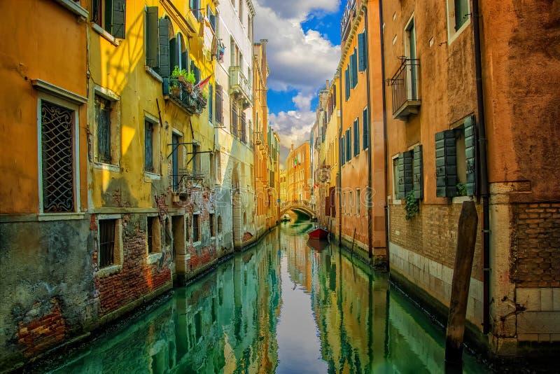 Vista bonita no canal com os barcos em Veneza no por do sol, Itália fotos de stock royalty free
