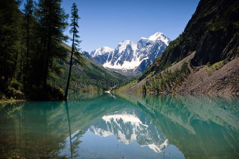 Vista bonita no lago da montanha imagens de stock